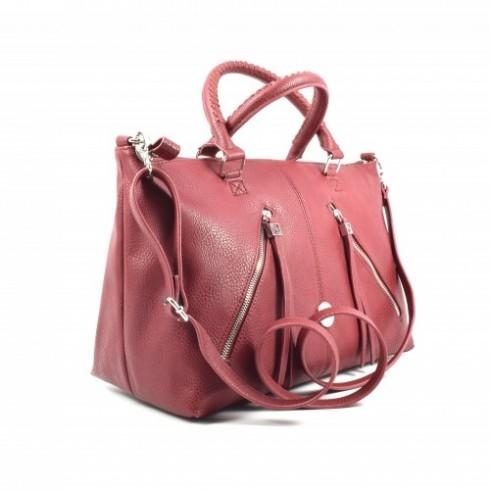 Nổi bật bởi tông màu đỏ rượu nồng ấm và phom dáng hiện đại, trẻ trung. Đơn  giản nhưng không hề đơn điệu, chiếc túi cực kỳ tinh tế, ...