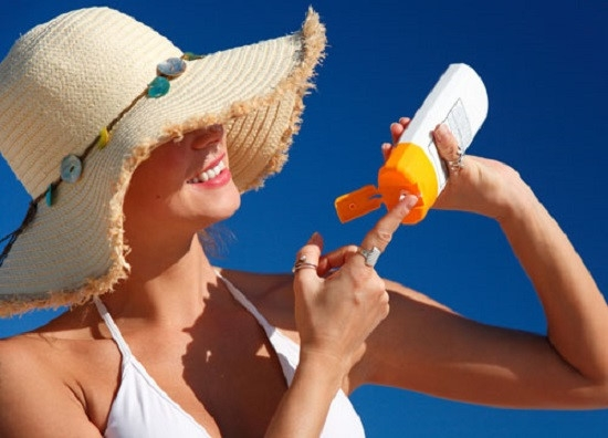 Cần bôi kem chống nắng để tránh các tác hại do ánh nắng gây ra.
