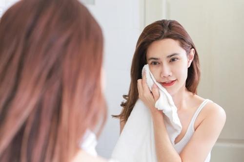 Dùng khăn để rửa mặt là thói quen của hầu hết chúng ta