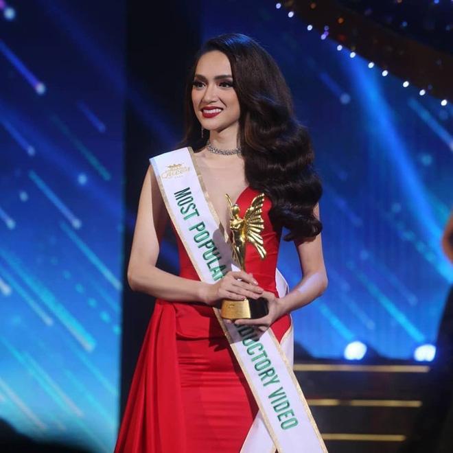 Màn thể hiện xuất sắc đã mang lại chiếc vương miện quý giá cho Hương Giang Idol. Hiện tại, Hương Giang vẫn ở lại xứ sở Chù