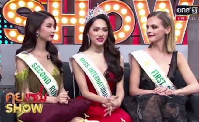 Hương Giang cùng 2 Á hậu xuất hiện tại một chương trình truyền hình trực tiếp của Thái Lan.